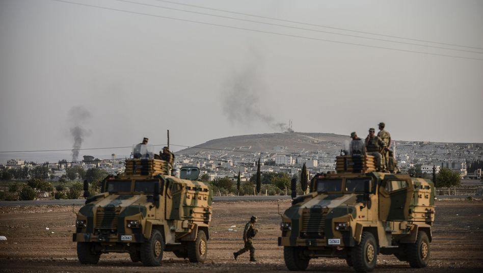 Türkische Soldaten, Rauch über der syrischen Stadt Kobane: Schwere Kämpfe