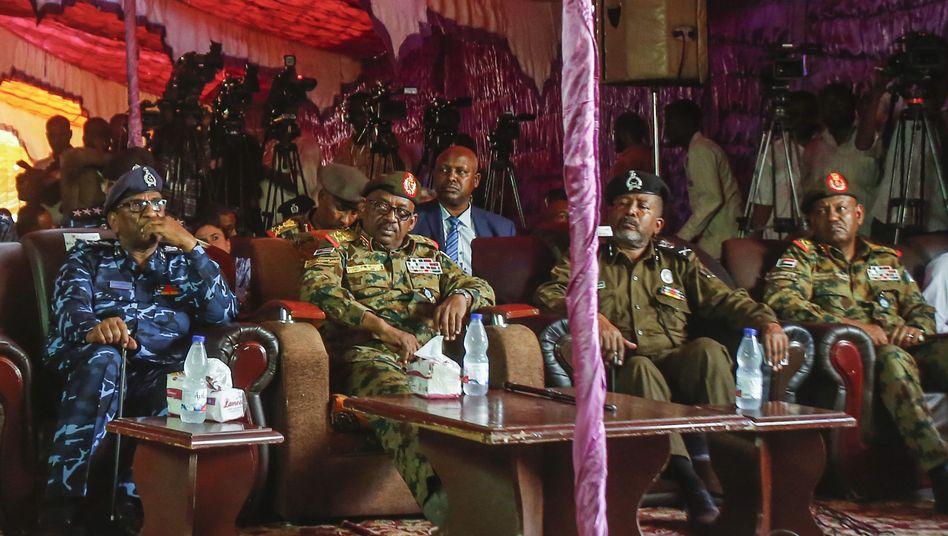 Zeremonie in Omdurman: Nach Forderung der Opposition entlässt das Militär 235 Gefangene aus dem Gefängnis
