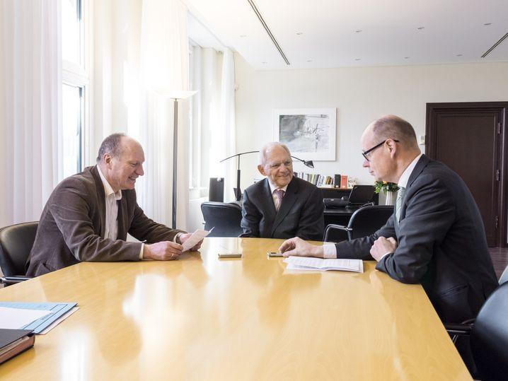 Schäuble mit den Redakteuren Christian Reiermann und Michael Sauga in Berlin
