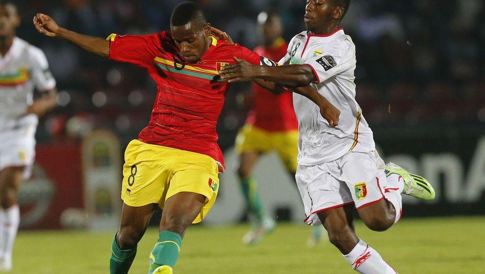 Gladbach-Profi Traoré (l.): Mit Guinea eine Runde weiter