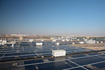 Ein Platz an der Sonne: Arbeiter legen Solarpanels auf dem Dach des GM-Werks in Saragossa.