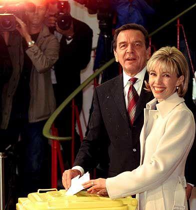 """Familie Schröder bei der Stimmabgabe (ohne Tochter Klara): """"Nicht Anliegen und Vorhaben des Bundeskanbinetts"""""""