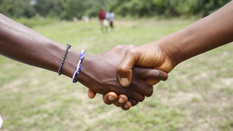 Händeschütteln gehört wieder zum Alltag: Während der Ebola-Epidemie hatten sich die Menschen Berührungen wie diese nicht mehr getraut