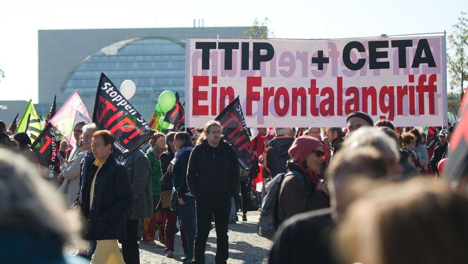 Gegner von TTIP und Ceta bei Demo im Oktober 2015 in Berlin