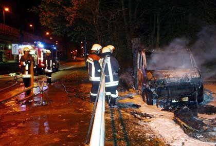 Feuerwehrmänner beim Einsatz in Bremen: Schaden von mindestens mehreren zehntausend Euro