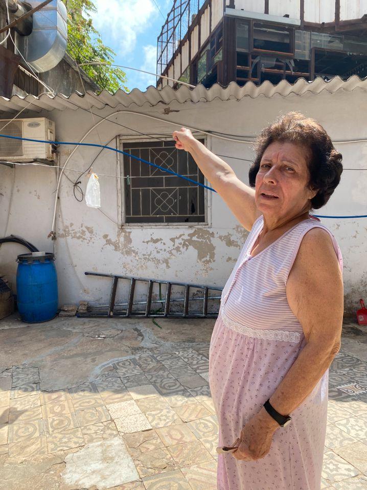 Ramzie Shamsaa vor ihrem Haus in Beirut: 200 Dollar für den Wassertank fehlen