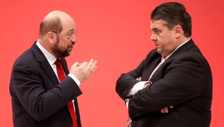 Martin Schulz (SPD) mit seinem Parteichef Sigmar Gabriel (Archivbild): Plötzliche Kehrtwende
