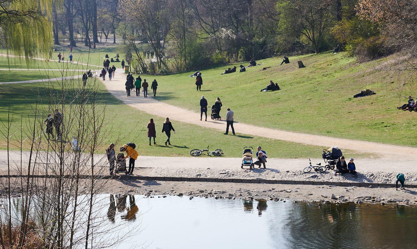 Menschen in der Frühlingssonne