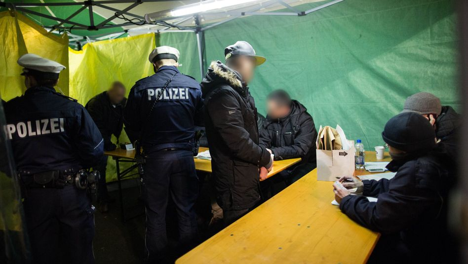 """Razzia in Düsseldorf: Polizei nimmt 40 Männer im """"Maghreb-Viertel"""" fest"""