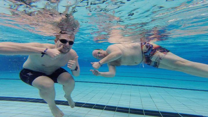 Micha Klotzbier (rechts): Schwimmen für die Gelenke