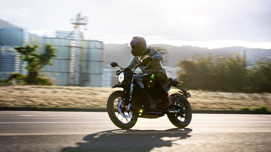 Hersteller Zero - im Bild das Modell DS - bewirbt seine Motorräder mit einem Schlupfloch: Sie sind stärker, als es in der Klasse eigentlich erlaubt ist. Für elektrische Motorräder gelten jedoch andere Regeln als für ihre Verbrennerpendants