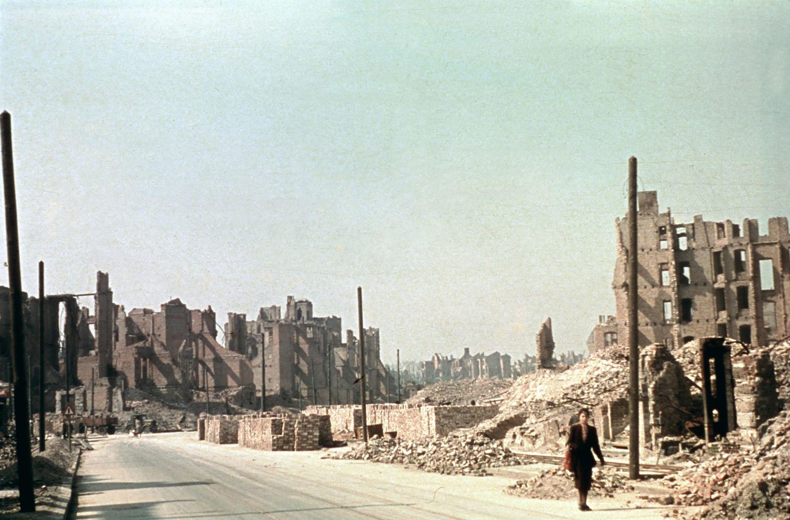 Zerstörungen Berlin 1945 - Ruinen an der Budapester Strasse