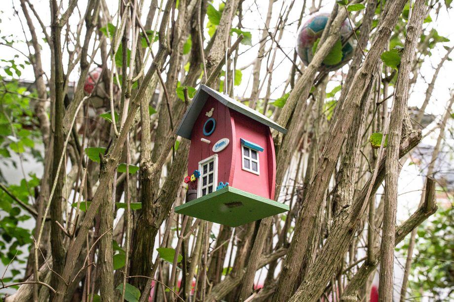 """Vogelhäuschen im Garten der Villa """"Ankerland"""": Für die Kinder, die hier therapiert werden, soll es ein Ort der Sicherheit sein"""