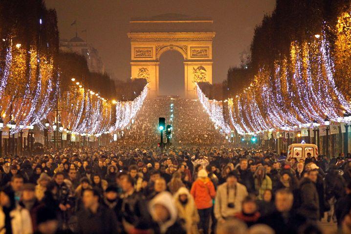 Champs-Elysées in Paris: Arbeitsmarkt und Steuerpolitik als Risikofaktoren