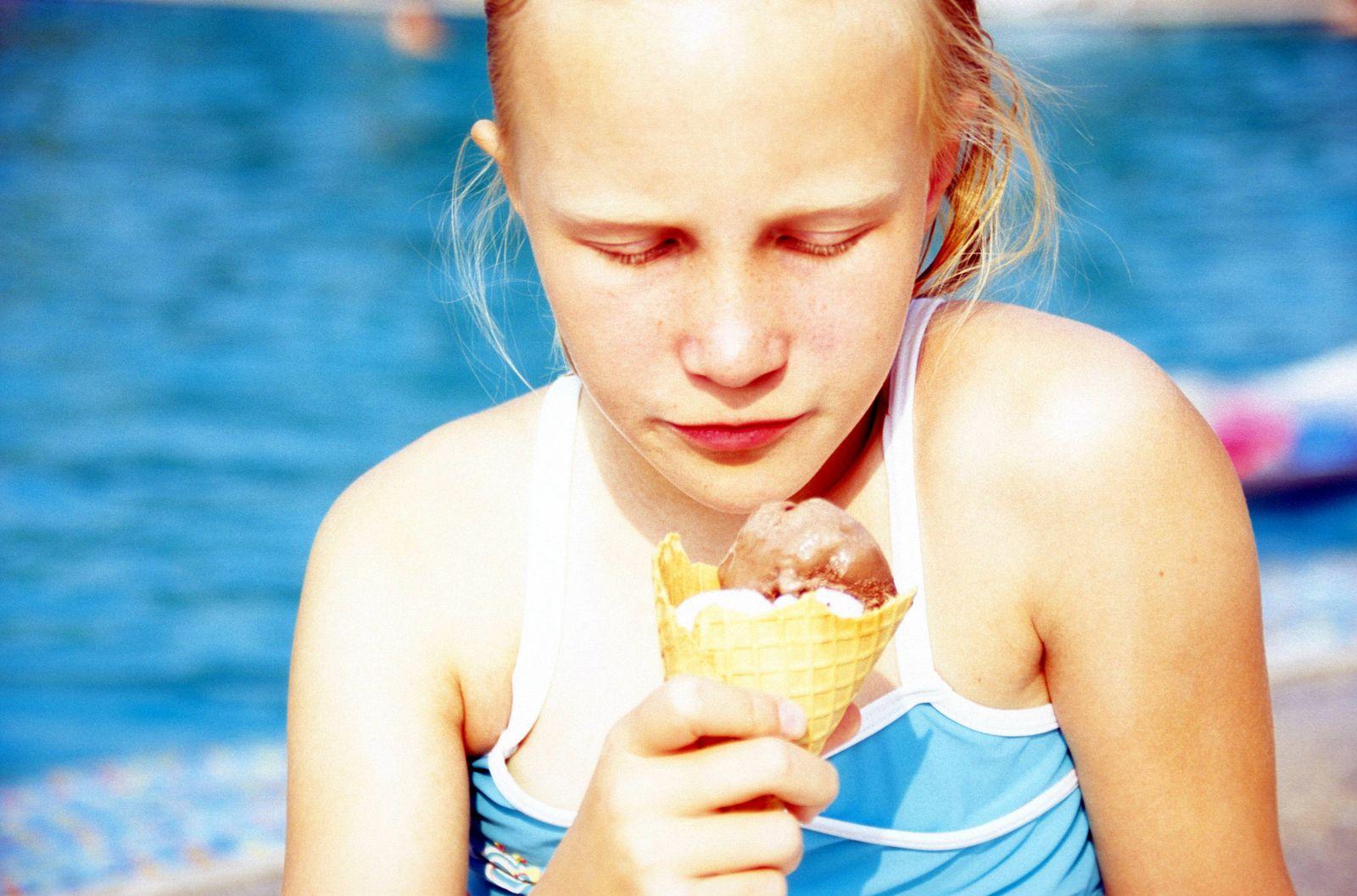 EINMALIGE VERWENDUNG Schwimmbad/ Essen/ Eis/ Mädchen