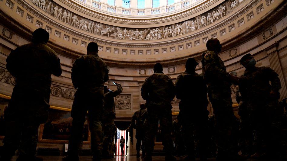 Soldaten im US-Kapitol: Das FBI prüft, wie viele Personen mit Verbindungen zum Militär sich dem Mob am 6. Januar angeschlossen haben