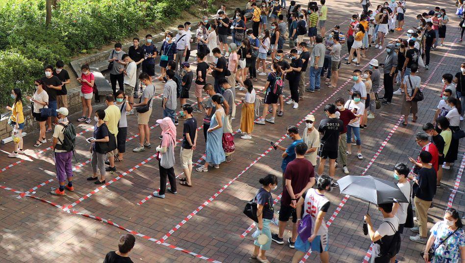 Menschen in Hongkong stehen an, um an den Vorwahlen zur Regionalparlamentswahl im September teilzunehmen