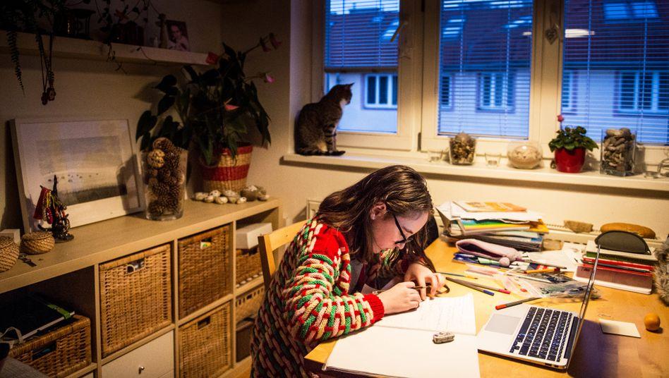 Jana (11) beim Unterricht am Küchentisch im März 2020