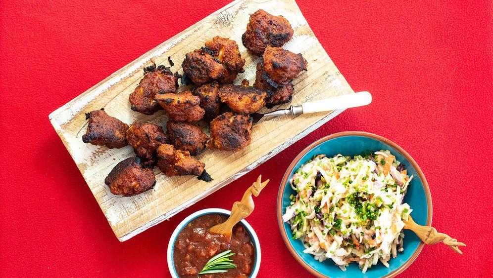 Rezept: Blumenkohl-Buffalos mit BBQ-Dip und Coleslaw