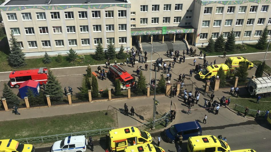 Einsatzkräfte vor der Schule 175 in Kasan