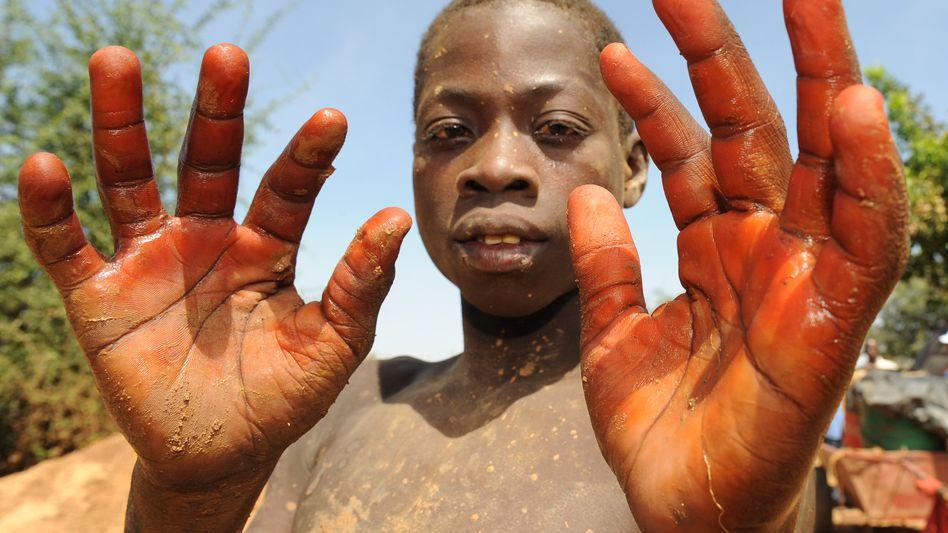 Henna soll die Hände schützen: Ein Kind in einer Goldmine in Burkina Faso (Archiv)