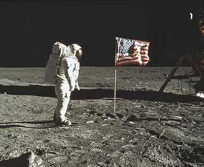 Harte Arbeit: Mühsam, sagt Hoagland, schnitt die Nasa Ruinen und observierende Ufos aus den Apollo-Bildern