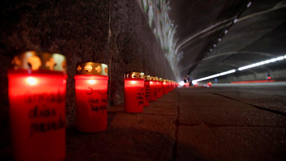 Andenken zum zehnten Jahrestag der Loveparade: Trauerkerzen am Unglücksort in Duisburg