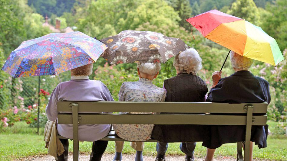 Seniorinnen vor dem Rosengarten Beutig in Baden-Baden