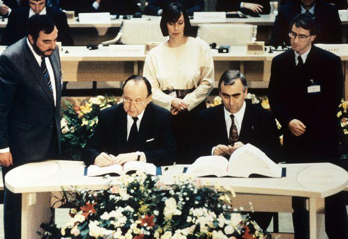 Hans-Dietrich Genscher (l.) und Theo Waigel (r.) unterzeichnen 1992 den Maastricht-Vertrag