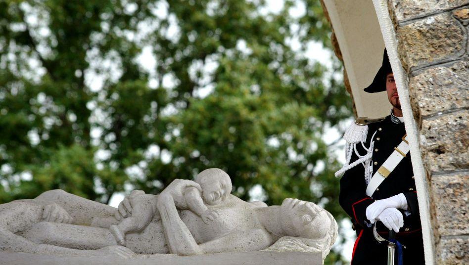 Skulptur zu Erinnerung an das Massaker von Sant' Anna: