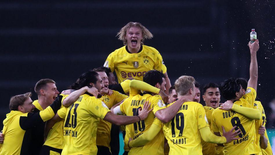 Erling Haaland feiert mit seinen Teamkollegen den Titelgewinn