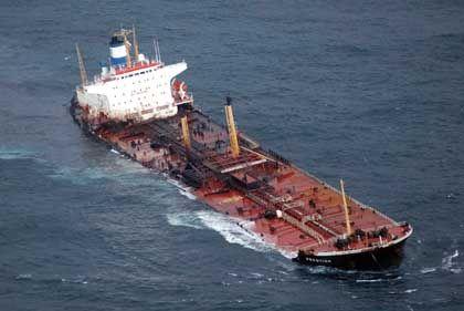 Nach offiziellen Angaben verlor der Tanker rund 3000 Tonnen Schweröl. Ob die Ölkammern nach dem Auseinanderbrechen intakt bleiben, ist ungewiss