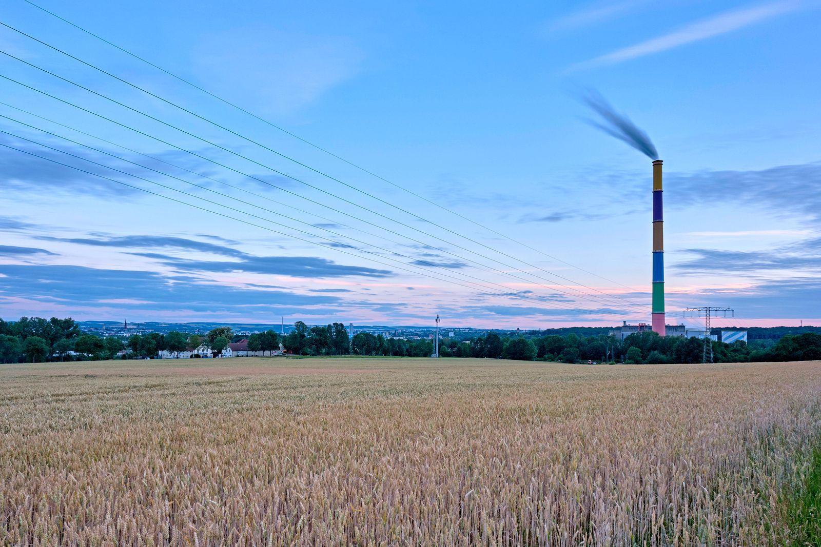 Heizkraftwerk Chemnitz Nord. Das Heizkraftwerk Chemnitz Nord in Chemnitz. Der von Daniel Buren farbig gestaltete Schorns