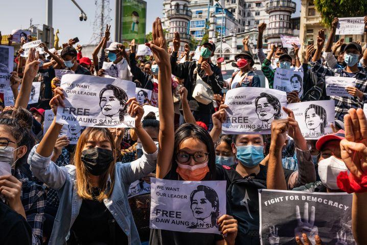 Nach dem Militärputsch fordern Frauen und Männer in Yangon, Myanmar, die Freilassung der Präsidentin Aung San Suu Kyi