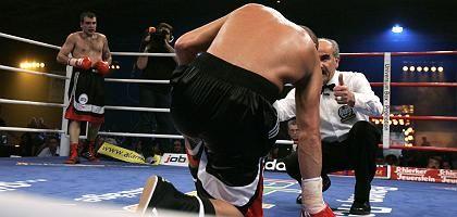 Geschlagener Ulrich (Mitte) und Sieger Baraschin: Bittere Niederlage