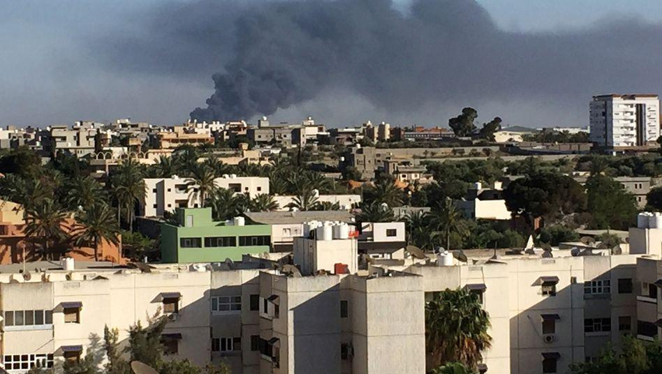 Rauch über Tripolis: Bei den jüngsten Gefechten starben bislang fast 400 Menschen