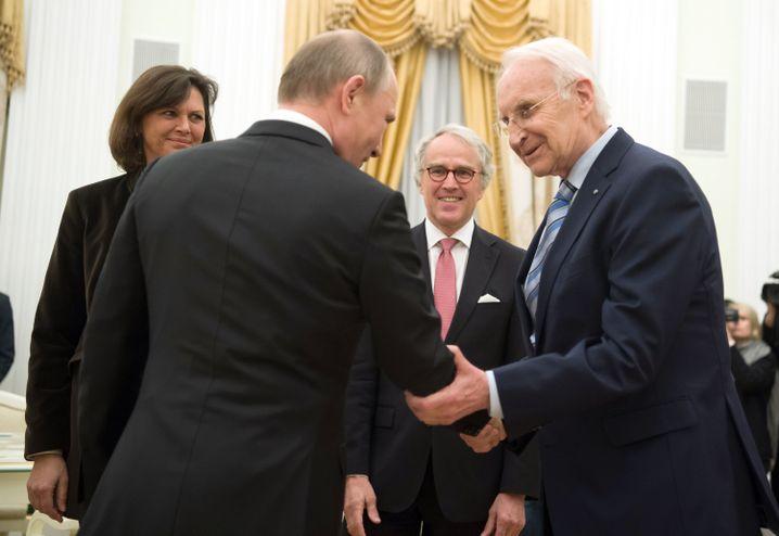Handschlag zwischen Wladimir Putin und Edmund Stoiber