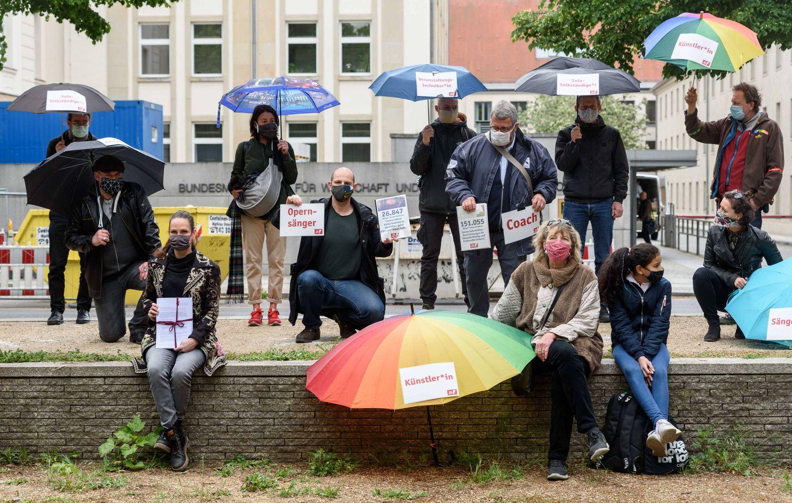 Gemeinsam mit CAMPACT demonstreiren Solo-Selbstst?ndige, Freiberufler und K¸nstler vor dem Bundeswirtschaftsministerium