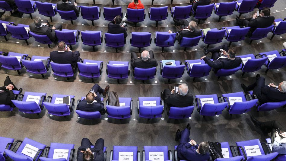 Sicherheitsabstand: Sitzreihen im Bundestag am Mittwoch