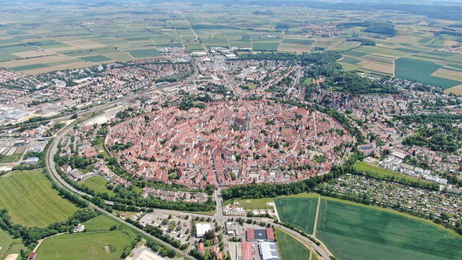 Auch in Süddeutschland kann man die Spuren eines Meteoriten-Einschlags sehen. Die Stadt Nördlingen am Rande der Schwäbischen Alb liegt in einem kreisrunden Krater.
