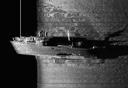 """Sonarbild der polnischen Marine vom """"Steuben""""-Wrack: Torpedotreffer in der Rumpfmitte"""