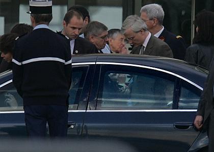 Die Delegation wartet nach ihrem Besuch vor dem Krankenhaus auf die Abfahrt