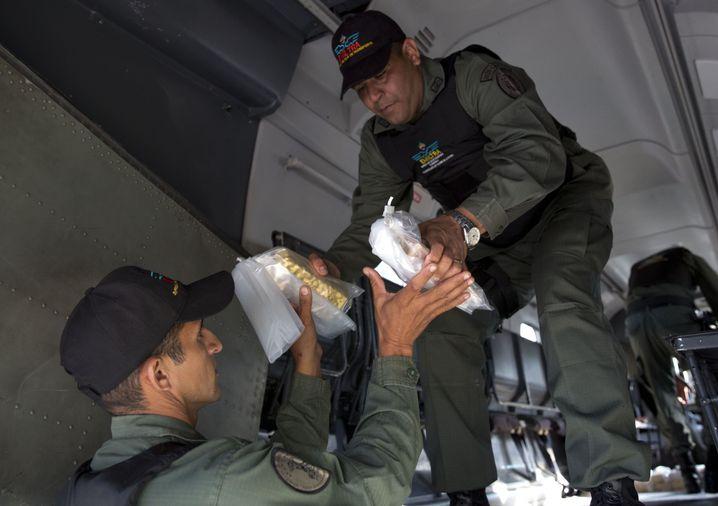 Militärflughafen Carlota bei Caracas: Goldbarren werden von einem Flugzeug verladen