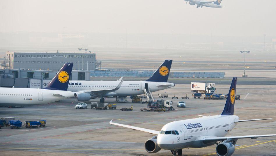 Lufthansa-Maschinen am Flughafen in Frankfurt am Main: Flüge im Schengen-Raum bald wieder nur mit Ausweis?