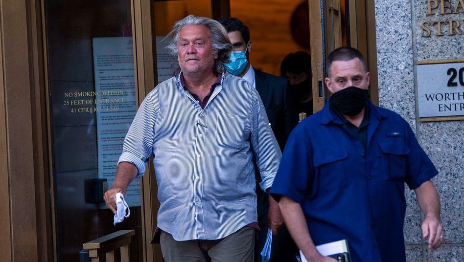 Steve Bannon (l.) beim Verlassen des Gerichtsgebäudes am 20. August