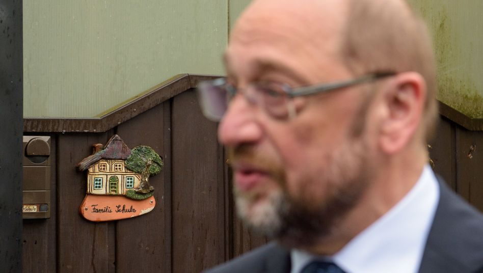 Martin Schulz vor dem Haus, in dem sein Vater geboren wurde und heute noch sein Großcousin wohnt