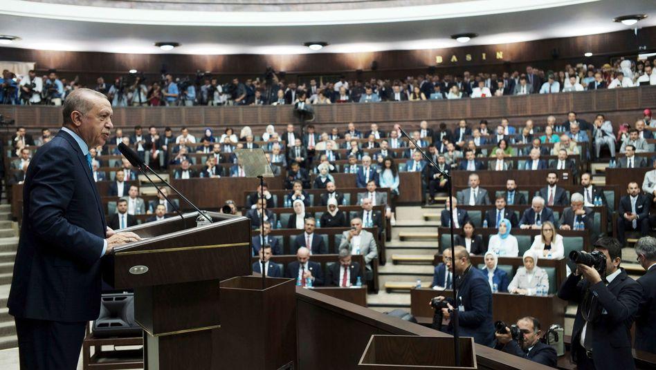 Recep Tayyip Erdogan spricht vor dem türkischen Parlament (24. Juli 2018)
