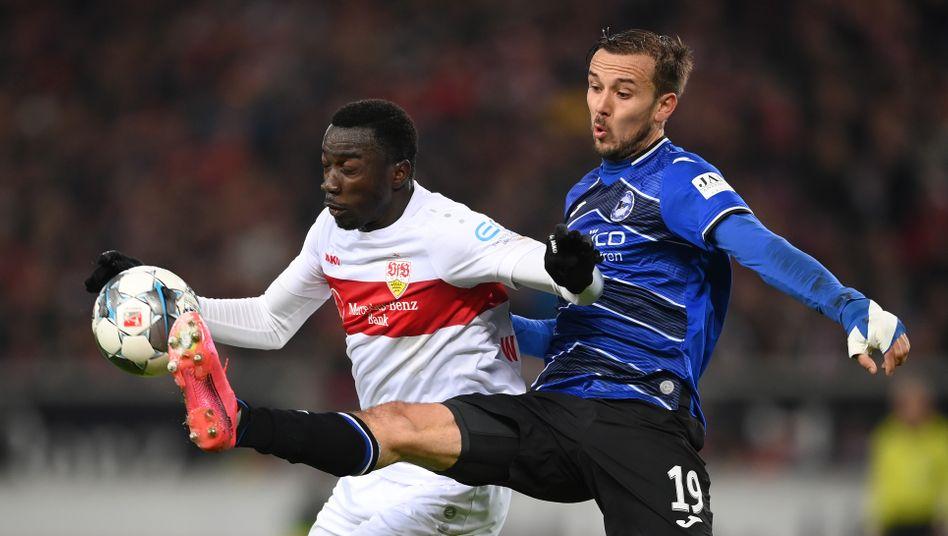 Stuttgarts Silas Wamangituka (l.) im Zweikampf mit Bielefelds Manuel Prietl: Kampf um den Aufstieg
