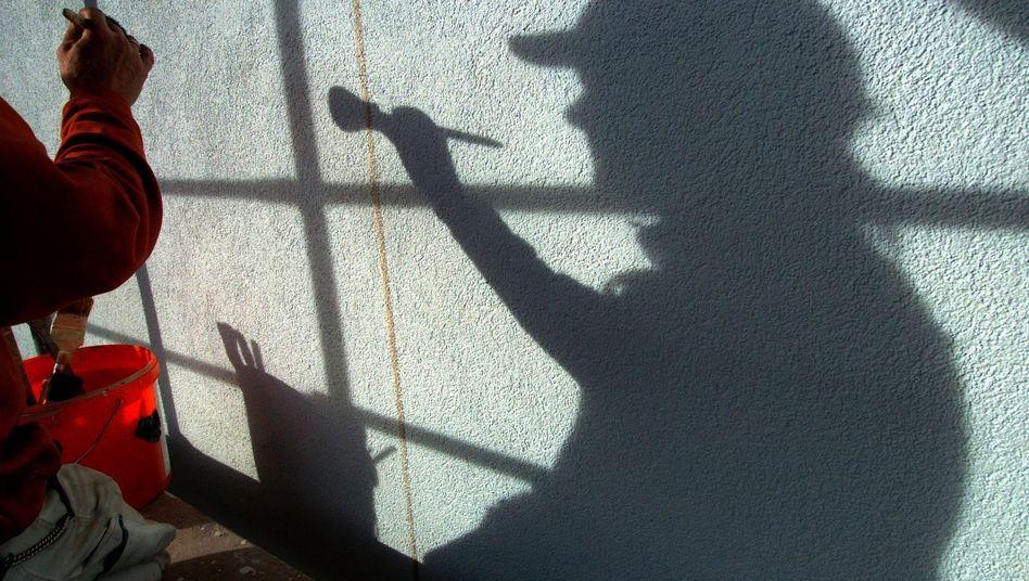Schatten eines Malers: Schwarzarbeit dürfte 2016 auf den tiefsten Stand seit 20 Jahren fallen