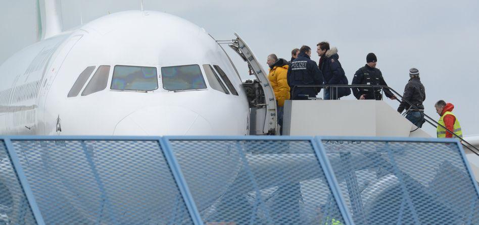 Abschiebungen: Abgelehnte Asylbewerber steigen am Baden-Airport in Rheinmünster in ein Flugzeug (Archiv)